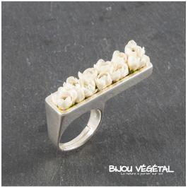 Živé šperky - Prsten stříbrný rovný s bílými minirůžičkami Prsteny
